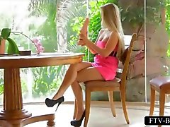 Hoge hakken blonde tit neukt en ritten enorme dildo