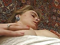 Amador adolescente loira em renda calcinha ela fica dividida clitóris peludo dedos