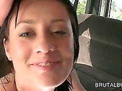 Brunette Готти верхом петух в автобус запускается со спермой на лице