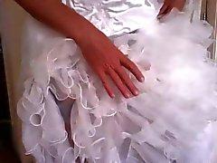 crossdress bruid plezier met zwarte dildo