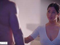VIXEN jeune étudiant asiatique a passionné des relations sexuelles avec Neighbour