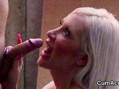 Hot stunner viene sborrata sul viso succhiando tutto lo sperma26
