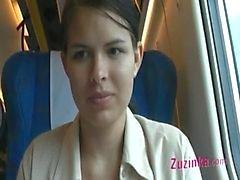 Paljain pussy täydessä junassa