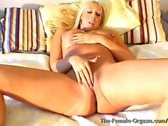 Curvy Buxom Blonde Bombshell Dedo Bating al orgasmo real