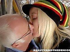 Blond teen Tina zu ficken ein altes guy