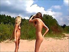 Nakenstudie tonår spelar på stranden av jojg0308