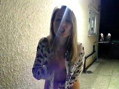 Stacy Stone onanerar hennes fitta med fingrarna utomhus