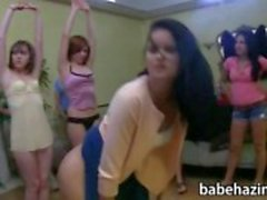 College vrouwenclub lesbiennes strapon plezier in de achterkamer