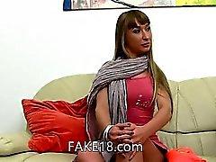 Украине Babe облизывая и курение на диване