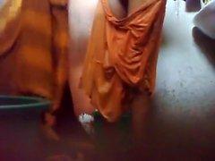Individuo joven que de Bangladesh seguir de un cámara oculta in bathroom antes de