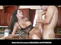 brünett épouse avec des seins naturel triche un plombier