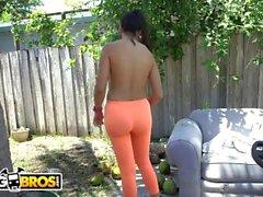 BANGBROS - La cameriera latina Mercedes Carrera pulisce la pipa di Sean Lawless