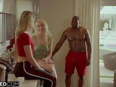 Ado noircies Hot Cheats avec la BBC dans le dos de sa sœur
