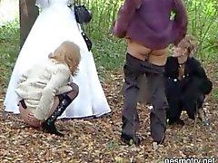 Gifta sig Utomhus pissar ett