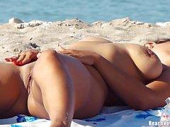 Babes desnuda con los coños afeitados bronceado desnudo Beach Voyeur HD