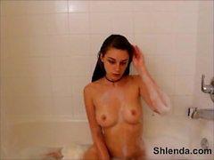 Молодые грудастые школьницей финляндии жёсткий в ванной комнате. 18yo