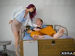 Hapishane hemşiresinin büyük dick mahkumuna onun büyük bağırsağıyla yardımcı oluyor