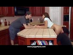 Tricher avec un voleur pendant qu'il parle avec son mari dans la cuisine et dans la chambre