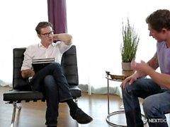 Nextdoorbuddies Markie Más agacha para el terapeuta