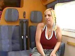 19 -jarige blonde Noorse Tina heeft enorme tieten en krijgt genageld