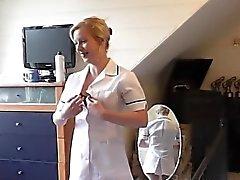 Brittiläisen sairaanhoitajat imevän munaa