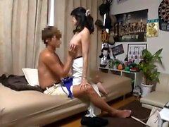 El ama de casa aficionada asiática gordita da una mamada caliente