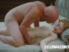 Celebrità Emily Browning e nudo scarno recante prona su un letto di