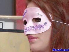 Maskierte Lezdom Diebe in einem pussyeating Zug