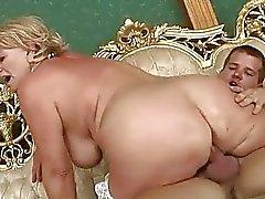 Grand maman aux gros seins Classy obtient baisé dur