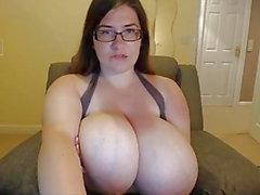 Nettes fettes Mädchen mit den netten riesigen Boobs, die auf Webcam masturbieren