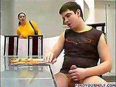Mamãe sexy cínico com mel como mortadela cortinas lhe dá alguma ajuda com a sua kielbasa