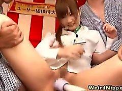 Giovane porche di ufficio asiatico che godono di giochi sessuali