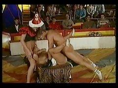 Höllischer Clown ficken vor den Publikums Rahmen Zirkuszelt