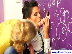 Gloryhole Reizvolles lesbische bekommen bukkake in der high def