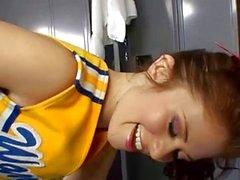 Sletterig brunette cheerleader neukt haar coach