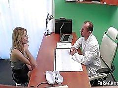 Доктор трахается блондин красоту в кабинете