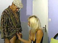 Mujer rubia y viejos hombres