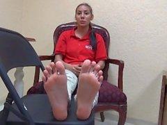 22yo Latina mostrando la sua bella Size 8 delle suole Foot Fetish