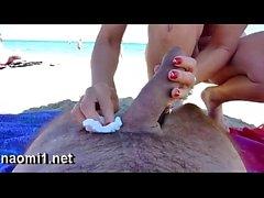 Sucer une grosse bite sur une plage publique