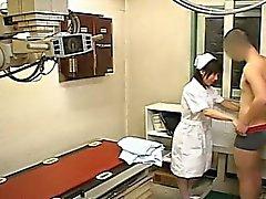 CFNM en Subtítulo la enfermera japonesa tira de el paciente handjob xray