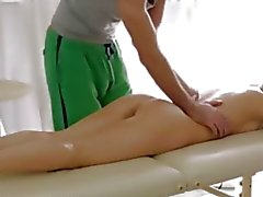 Julie solleva un piedino per lasciare masaggiatriche ottiene un visione migliore del suo pussy