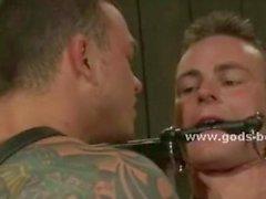 Homme gay avec épaules larges et de tatouages Fessée et baise