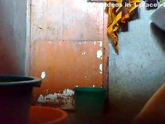 Genç Bangladeş bir adam evvel banyoda gizli kamı tutmak