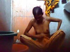 Детеныши парень Bangladesh держать скрытую камеру комнатой с ванной до того