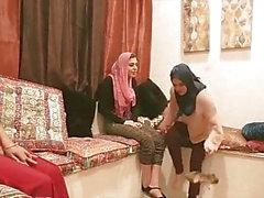 Shy Arabische Prinzessin Vierer Sex mit Hijab Freunde in Partei