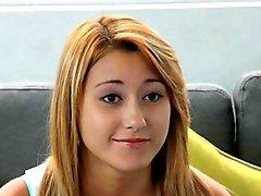 Литья Couch -X Блондинка гимнастку становится гибкой на вебкамеру