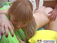 Skinny Pigtailed adolescente Irina
