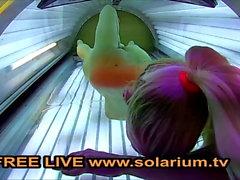 Solaryum Sarışın genç parmaklar solaryumda kendini