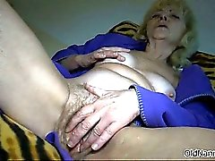 Nasty mature slut gets horny rubbing