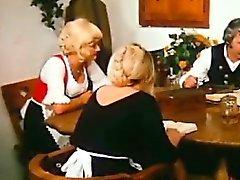 Fazenda ancião agrado Loira mais moço na sua mesa de jantar